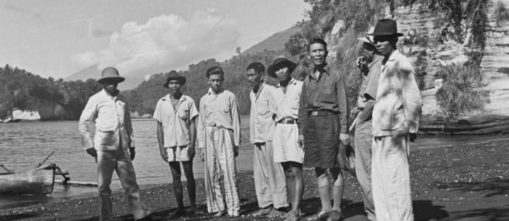 COLLECTIE_TROPENMUSEUM_Groepsportret_van_bewoners_en_bezoekers_op_Pulau_Lembeh_TMnr_10029450-07-12-1948
